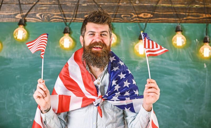与美国国旗的美国老师波浪 爱国教育概念 学生交换节目 E 库存照片