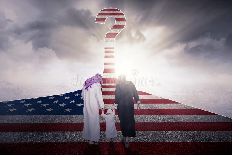 与美国旗子的回教家庭在高速公路 免版税库存照片