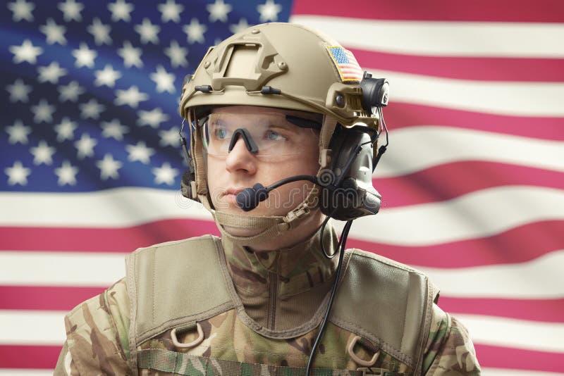 与美国旗子的年轻军人佩带的盔甲在背景-演播室射击 图库摄影
