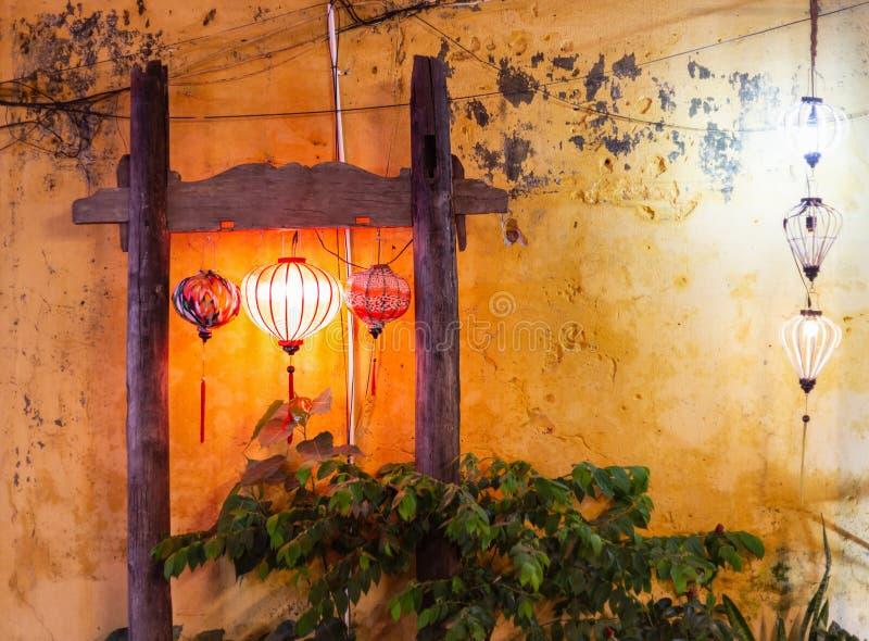 与美好的五颜六色的灯笼和许多的Vitage木标志另外纹理 图库摄影