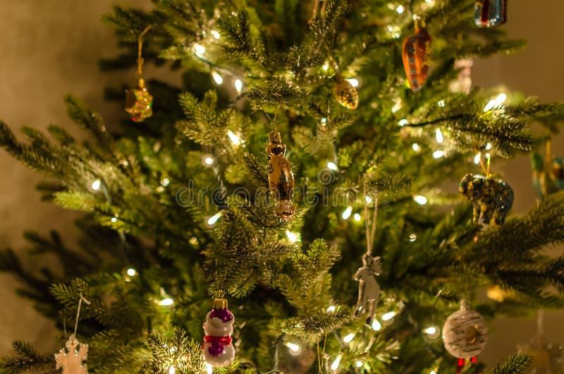与美好的光的圣诞树,装饰和玩具关闭 免版税库存图片