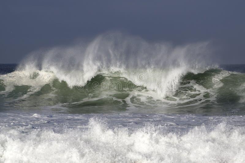 与美好的光的碰撞的波浪 图库摄影