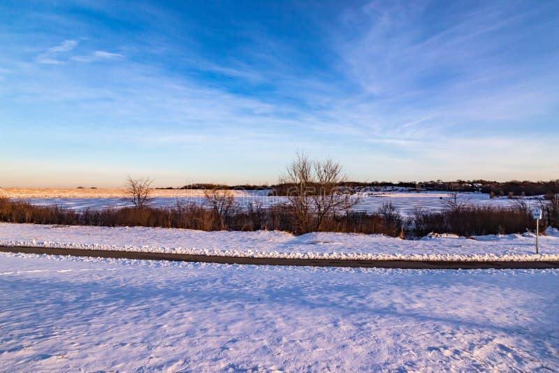 与美好的地平线的日落在湖Zorinsky奥马哈内布拉斯加 免版税图库摄影
