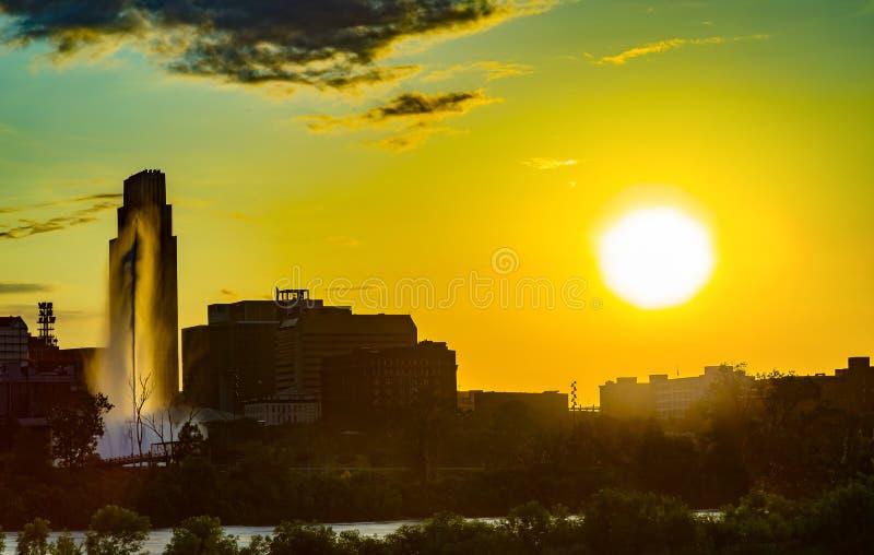 与美好的地平线的日落在街市奥马哈内布拉斯加 库存照片