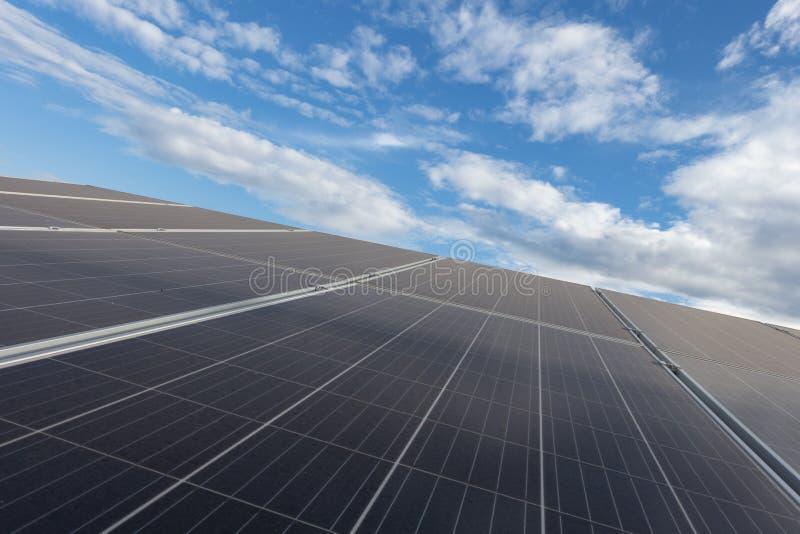 与美好的天空蔚蓝白天的太阳能电池盘区 免版税库存图片