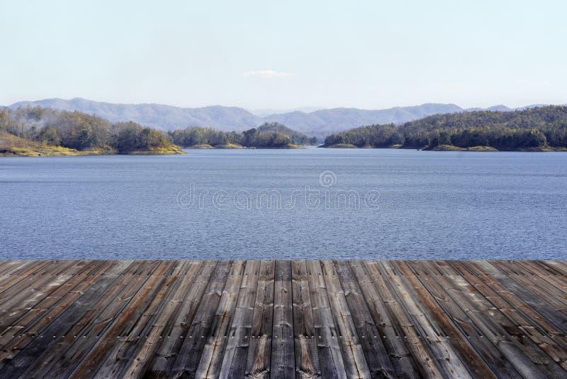 与美好的山水坝风景的木地板在泰国 免版税库存图片