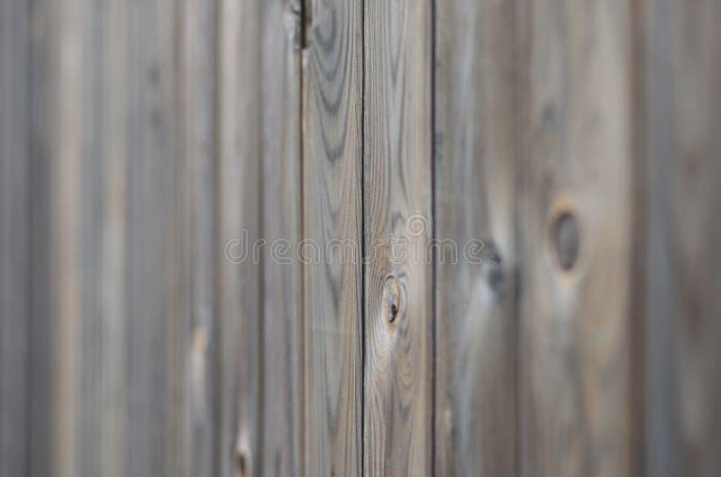 与美好的抽象五谷表面纹理、垂直的镶边背景或者背景的老难看的东西黑褐色木盘区样式 免版税库存照片