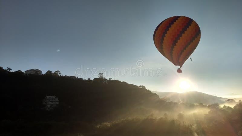 与美好的日出的美妙的气球飞行 免版税库存照片
