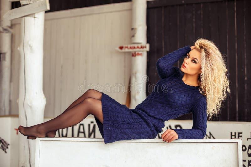 与美好的构成的美丽的年轻女人fasion,坐 免版税图库摄影