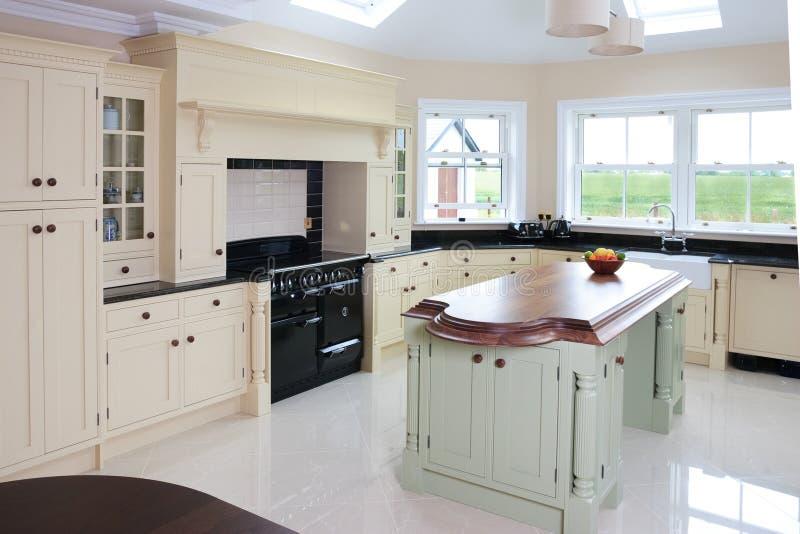 与美好的海岛设计的家庭厨房内部 免版税库存图片