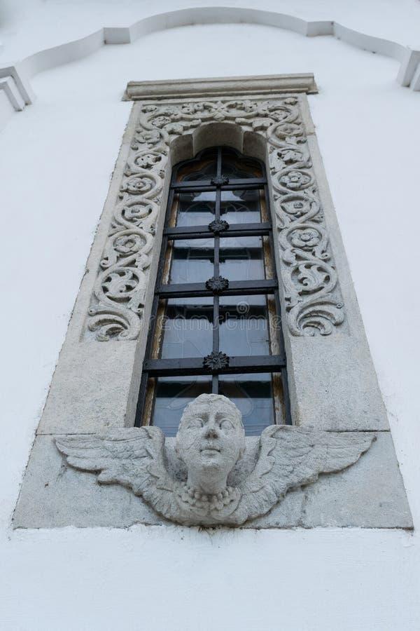 与美好的精心制作的石被雕刻的框架的教会窗口 免版税库存图片