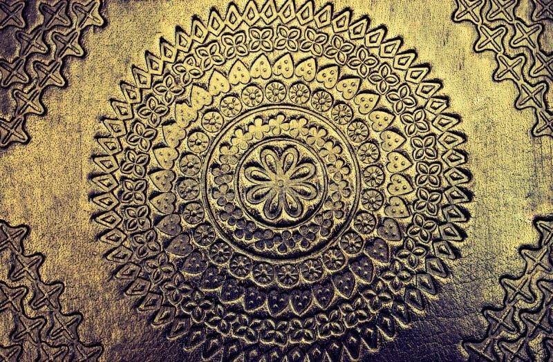 与美好的纹理的美好的金属被雕刻的发光的金金属背景 库存照片