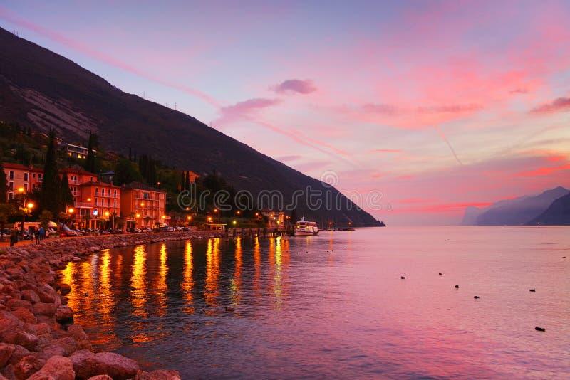 与美好的颜色的日落在Lago di加尔达, Torbole sul加尔达,北意大利 图库摄影