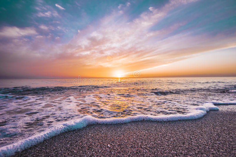 与美好的颜色的沙滩日落 图库摄影