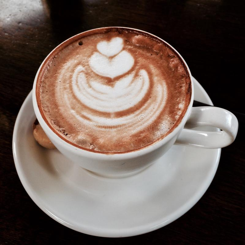 与美好的颜色的热奶咖啡对喝 库存照片