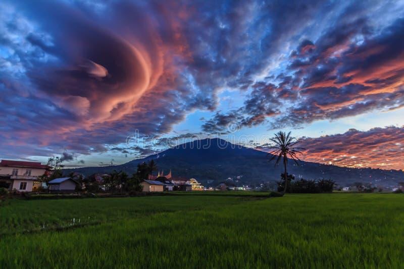 与美妙的云彩的日落在Singgalang山 库存图片