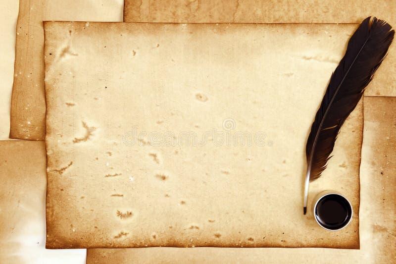 与羽毛和墨水的老纸 免版税库存图片