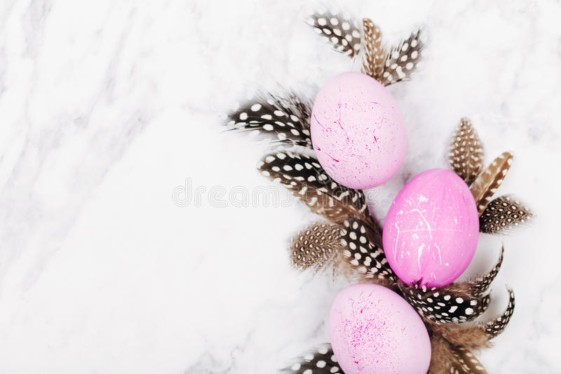 与羽毛和复活节彩蛋的背景 库存照片