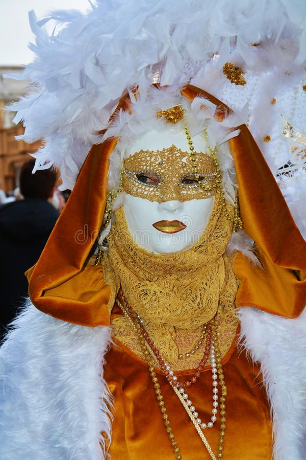 与羽毛的金黄面具,在威尼斯,意大利,欧洲 免版税库存图片