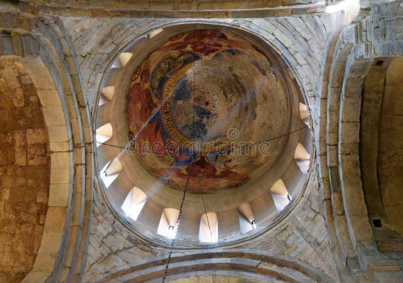 与老壁画的片段的石圆顶 在Svetitskhoveli大教堂里面在姆茨赫塔,乔治亚 免版税图库摄影