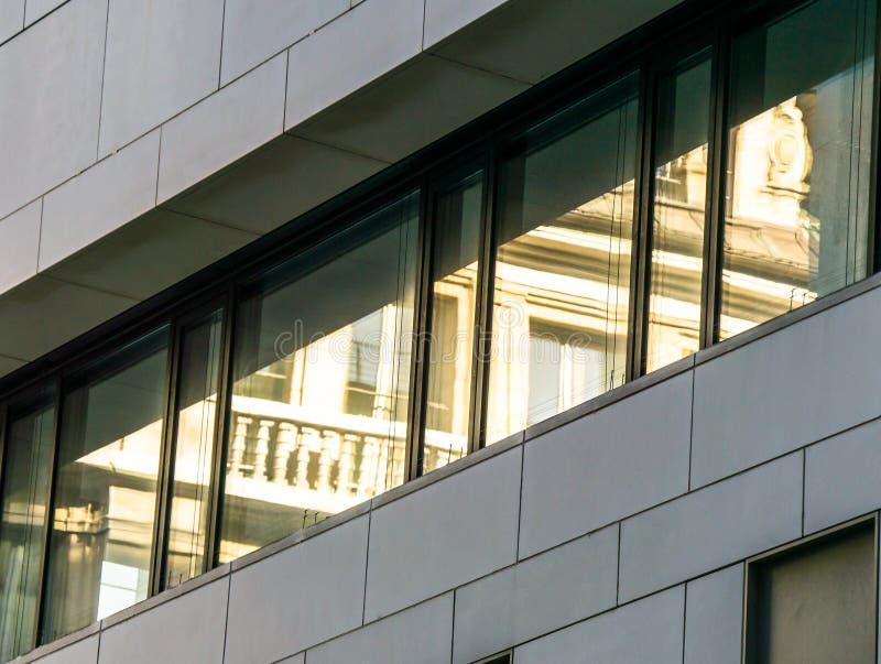 与老大厦的镜象的现代反射的门面从倒数第二的世纪 免版税库存图片