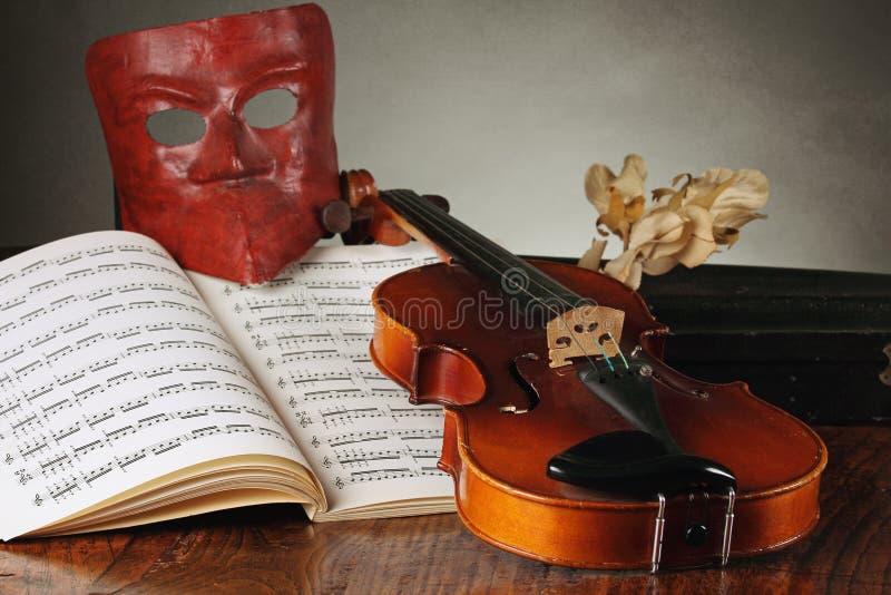与老小提琴的威尼斯式面具 图库摄影