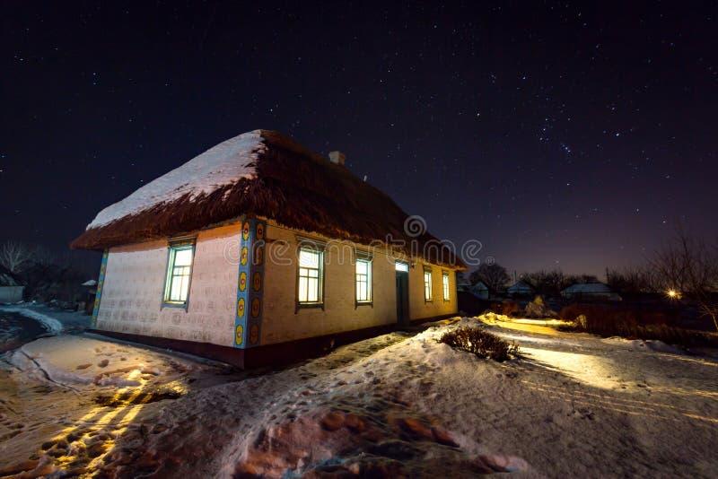 与老房子的夜场面 库存照片
