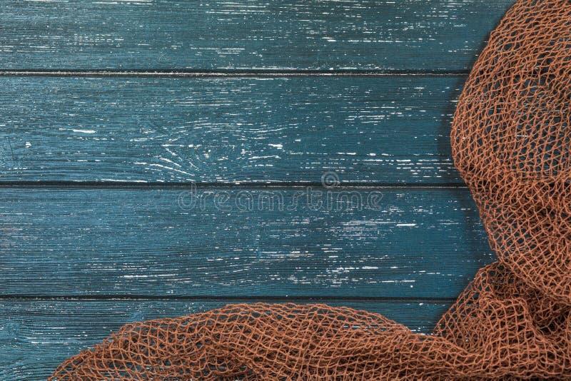 与老捕鱼网的木背景 免版税库存照片