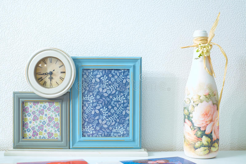 与老时钟和装饰瓶的空白的照片框架 免版税库存图片