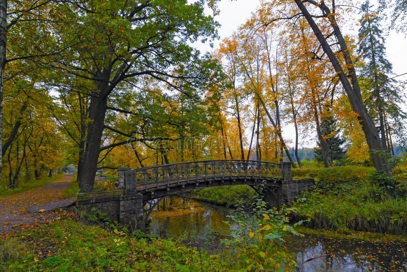与老桥梁的美丽如画的秋天风景在渠道 库存照片