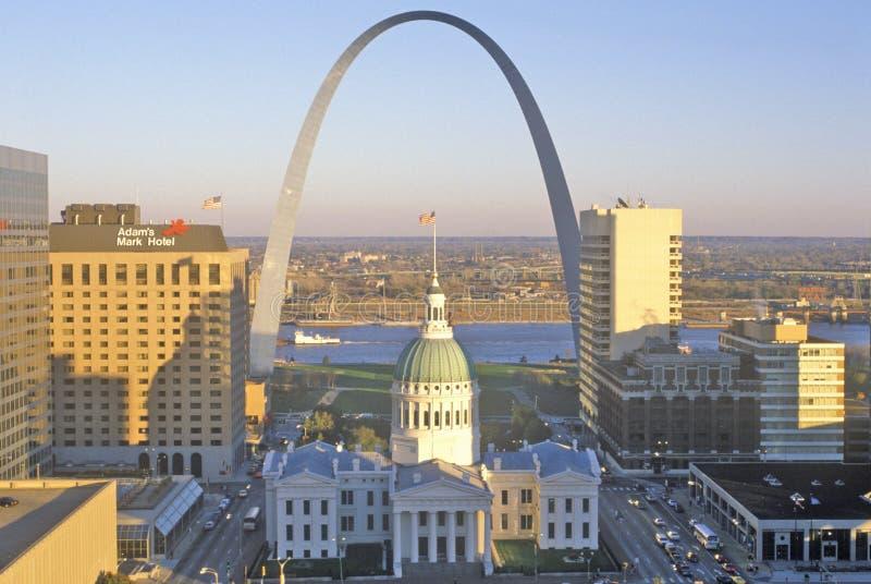与老法院大楼和密西西比河, MO的圣路易斯曲拱 图库摄影