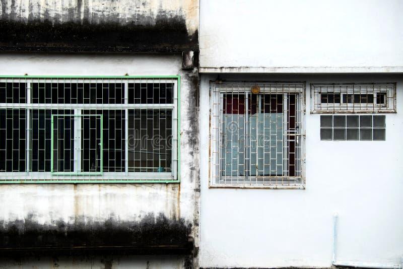 与老白色墙纸的Windows 免版税库存图片