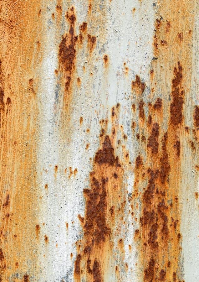 与老破裂的油漆橙色白色棕色概略的纹理正方形形状的生锈的金属背景 库存图片
