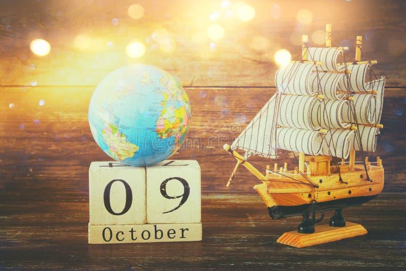 与老船的哥伦布日概念在木背景 免版税图库摄影