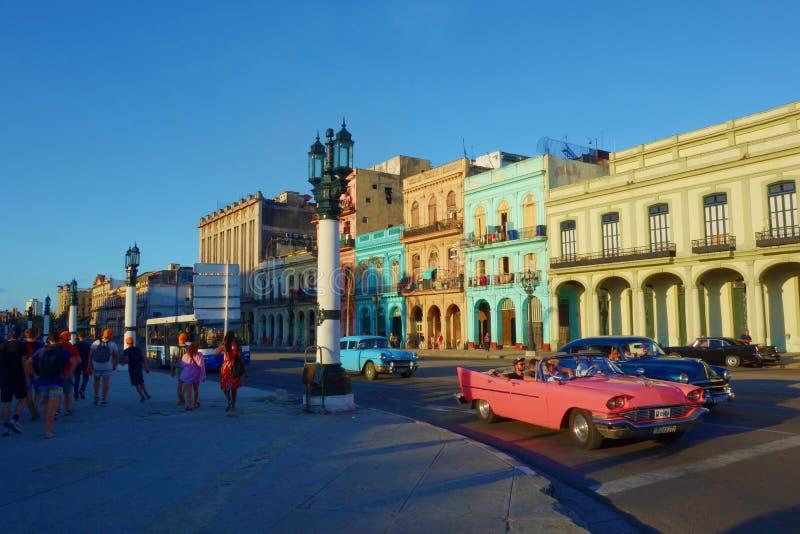 与老葡萄酒汽车,哈瓦那,古巴的五颜六色的殖民地大厦 免版税库存照片