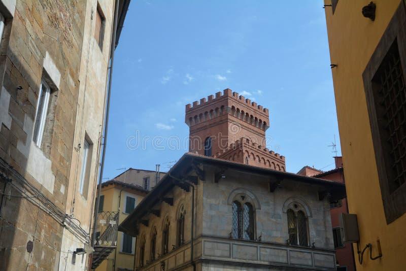 与老镇比萨,意大利塔的街道视图  免版税库存照片