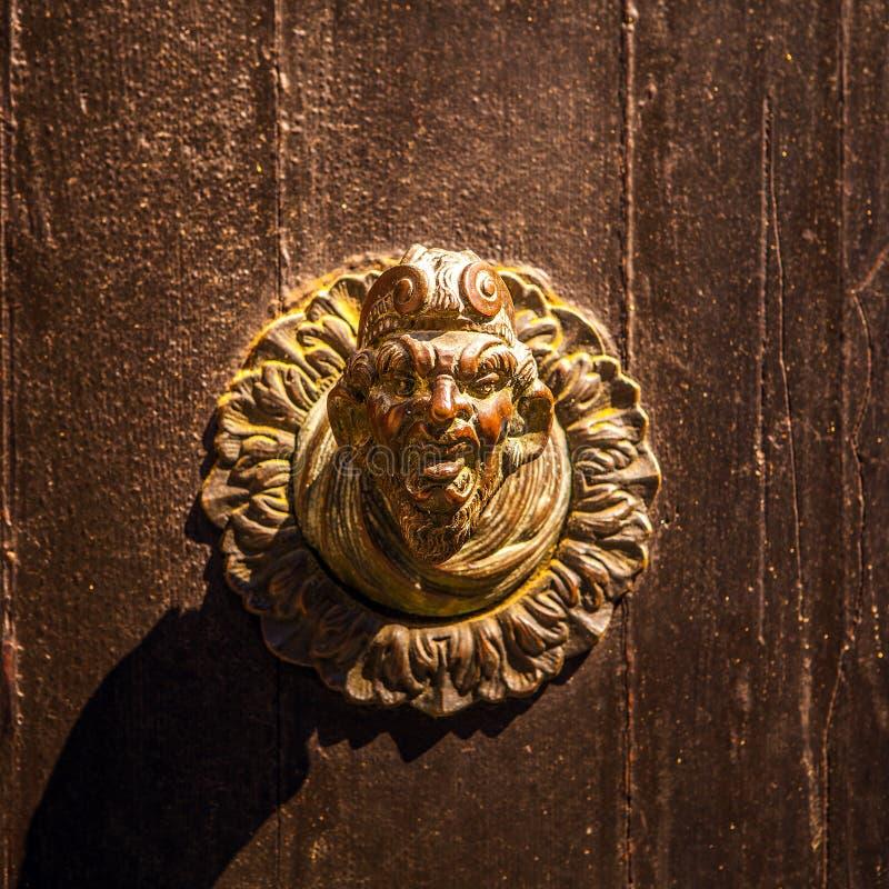 与老门把手特写镜头的古老威尼斯式门 库存图片