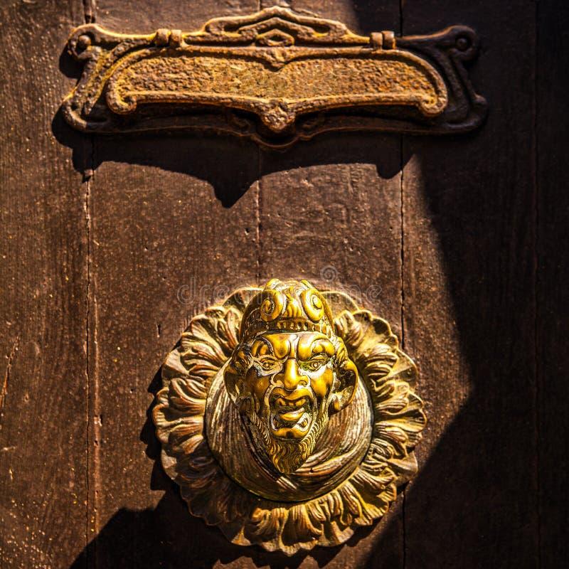与老门把手特写镜头的古老威尼斯式门 库存照片