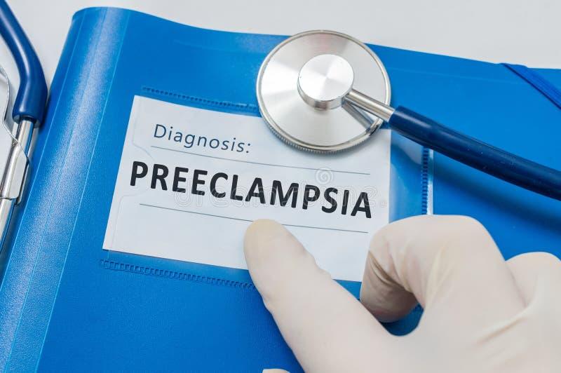 与耐心文件的蓝色文件夹与子痫前期诊断 库存图片