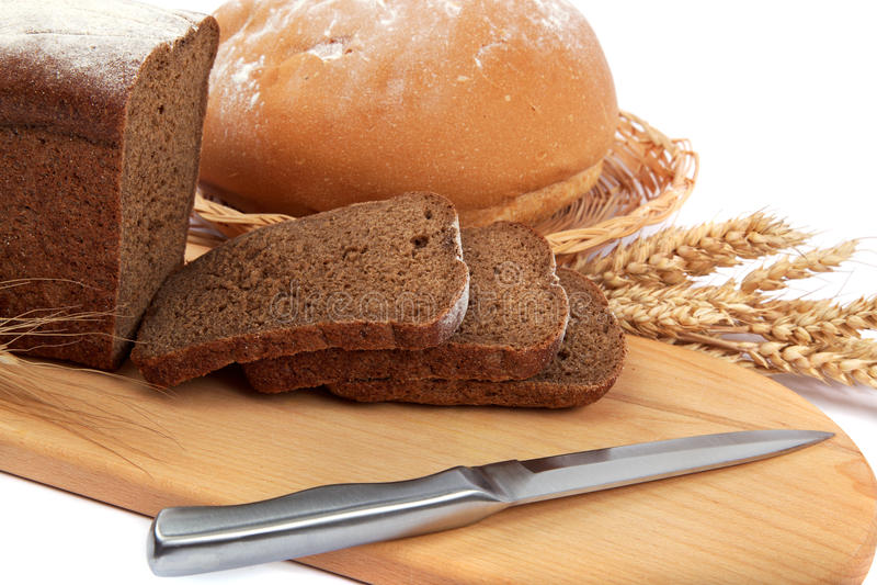 与耳朵和刀子的新鲜面包。 库存图片