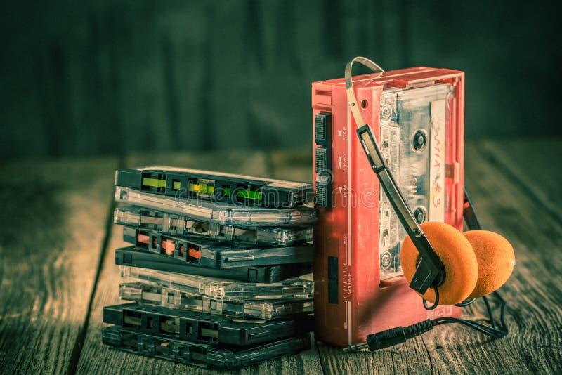 与耳机和随身听录音机的古色古香的盒式磁带 图库摄影