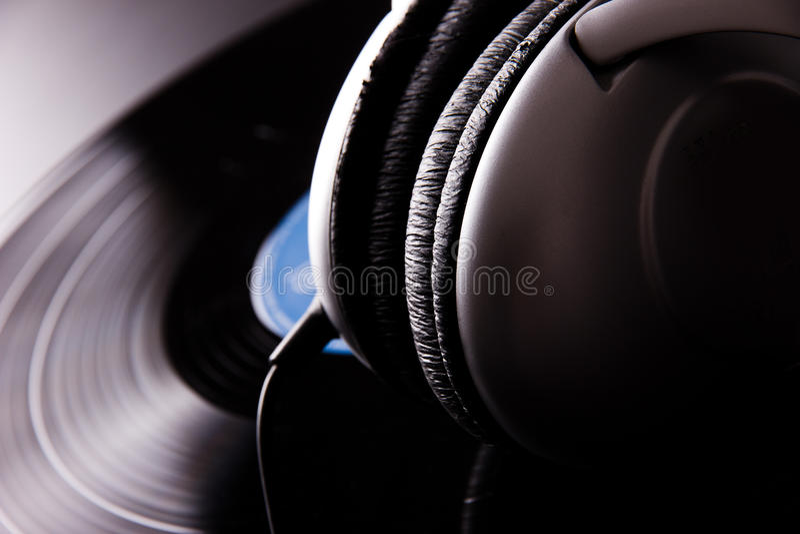 与耳机的乙烯基圆盘 免版税图库摄影