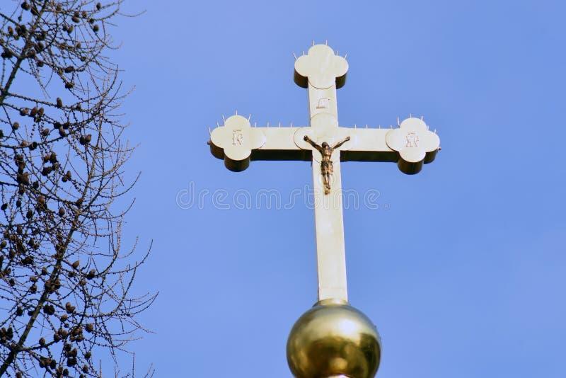 与耶稣受难象的金黄十字架在三位一体塞尔吉乌斯拉夫拉 免版税库存图片