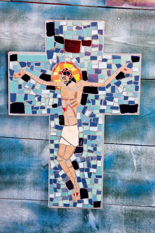 与耶稣受难象的马赛克十字架 库存照片