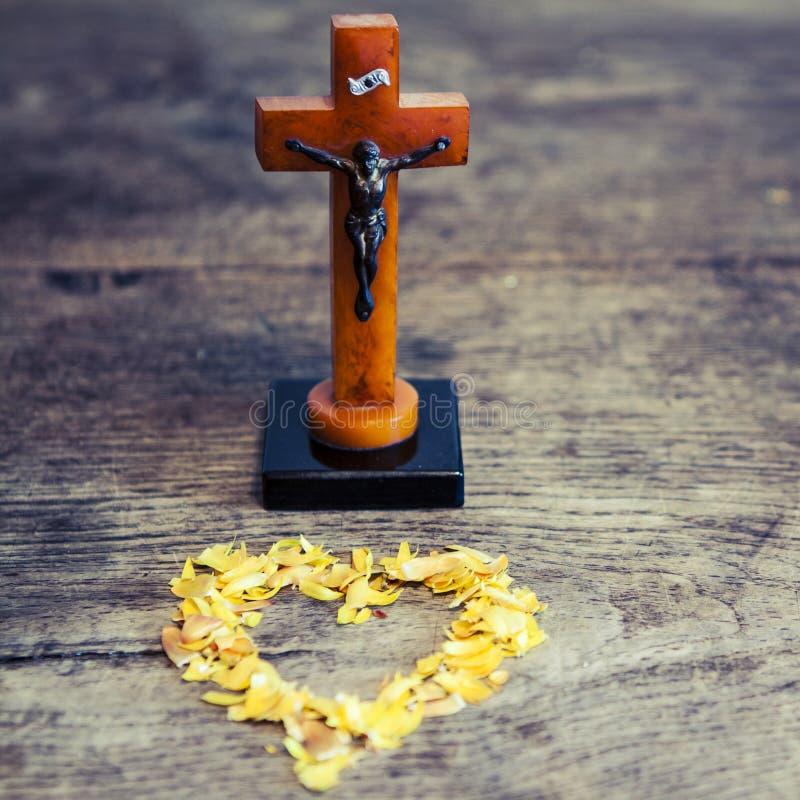 与耶稣和心脏的美好的老十字架 免版税图库摄影