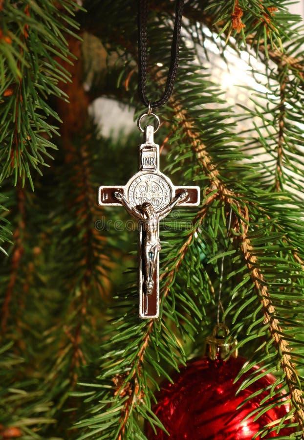 与耶稣基督的身体的银色十字架圣诞树的 库存图片