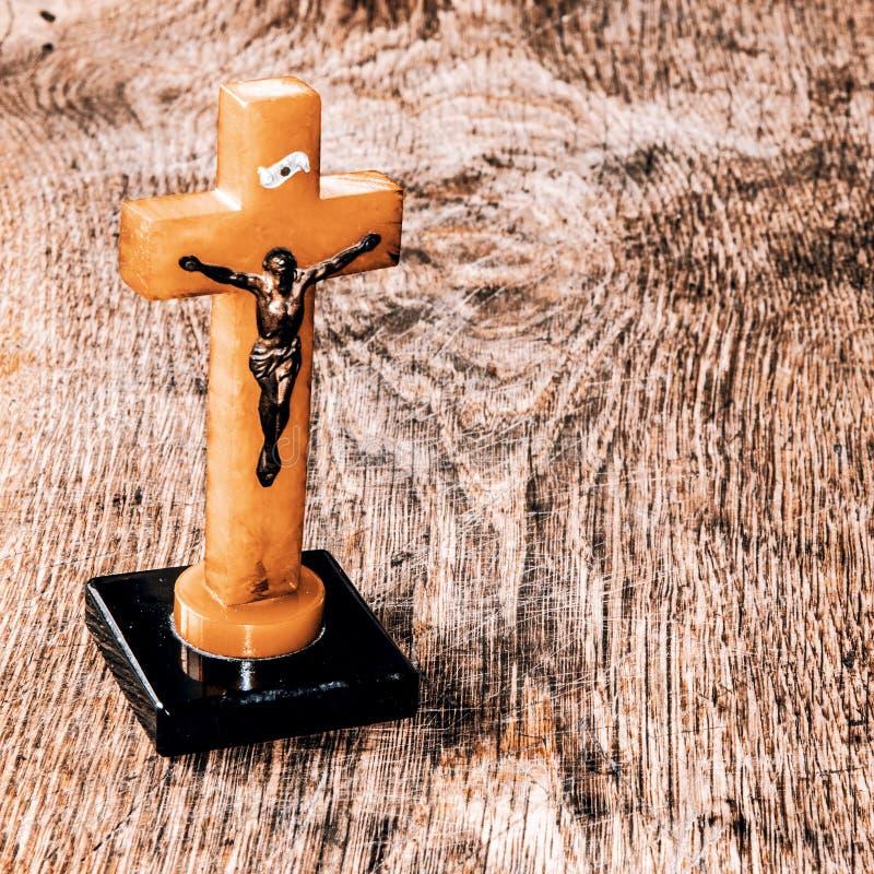 与耶稣的美好的老十字架在老木地板上 库存照片