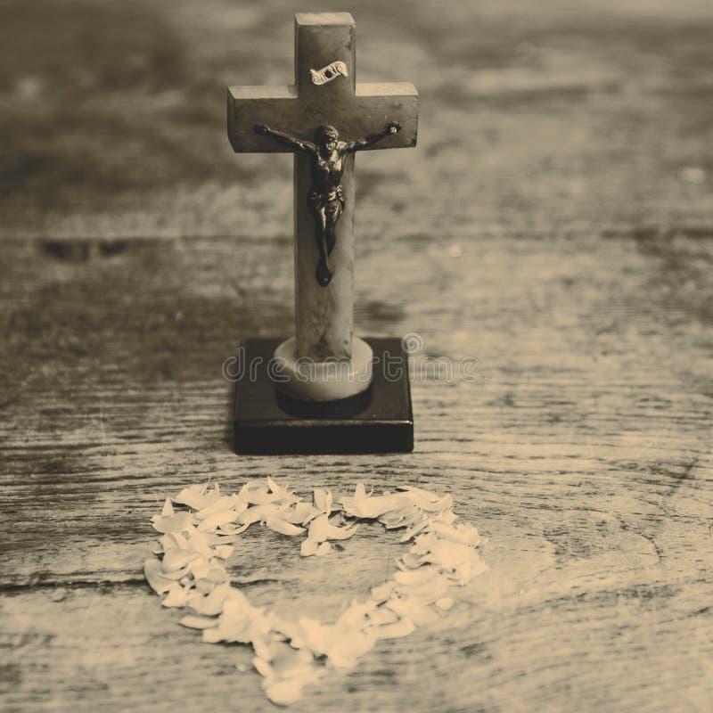 与耶稣的美好的老从叶子的十字架和心脏在老w 库存照片