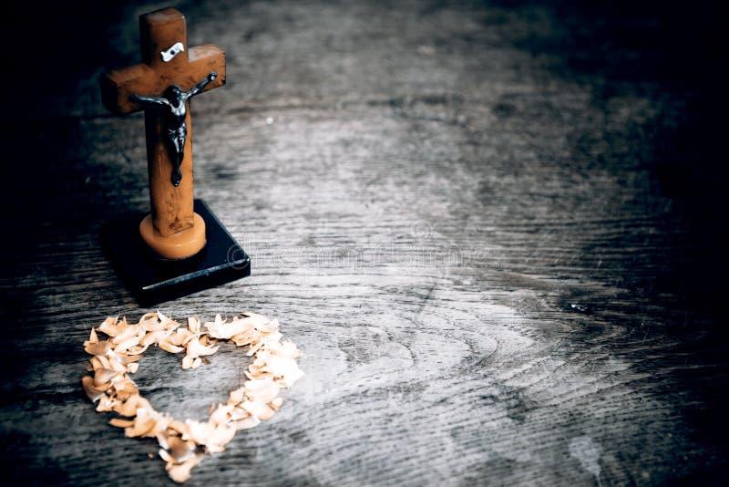 与耶稣的美好的老从叶子的十字架和心脏在老w 免版税库存照片