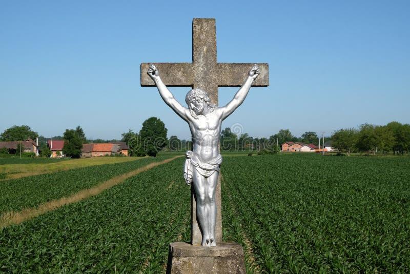 与耶稣雕象的宽容路边寺庙十字架的在Scitarjevo,克罗地亚 免版税库存图片